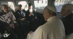 Y ahora, dentro de la furgoneta de la paz. Hay curvas para llegar a la meta, pero @Pontifex_es consigue lo imposible.
