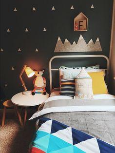 pokój chłopca | czarna ściana + trójkąty + góry nad łóżkiem