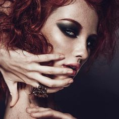 Különleges kontrasztok játéka: szeplők, erős szemsmink, lágy ajkak és élénk vörös haj #makeup #smink #sunspot