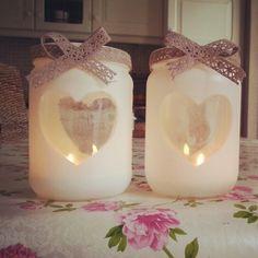 Lege potten, hart sjabloon erop, wit spuiten, mooi lint erom en klaar...