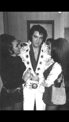 Elvis - With Janice and Joyce Bova, Baltimore Civic Center - Tuesday, November 1971 Note: Janice is Joyce's twin sister, Elvis Presley Priscilla, Elvis Presley Family, Elvis Presley Photos, Lisa Marie Presley, Elvis Cd, Elvis In Concert, Are You Lonesome Tonight, Elvis Collectors, Memphis Tennessee