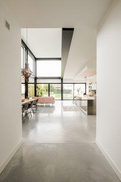 Nieuwbouw vrijstaande industriele woning in Breda Interior Architecture, Interior Design, Living Room Flooring, Flooring Options, Industrial House, Concrete Floors, Modern House Design, Home Decor Styles, New Homes