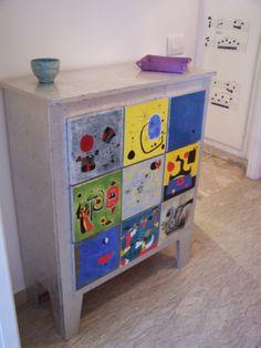 La nostra lettrice Samantha ci racconta come decorare una cassettiera con decori tipo Mirò, a mano o con la tecnica del decoupage.