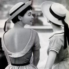 Photo by Paul Himmel, 1954 Models in straw hats by John Frederics and summer dresses by Junior Sophisticates. Vintage Dresses, Vintage Outfits, Vintage Hats, Vintage Glam, Vintage Style, 1950s Fashion, Vintage Fashion, Boater Hat, Love Hat