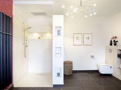 Ablageflächen in Duschmauer und Duschrückwand.  Regendusche Deckenmontage.  Lampe