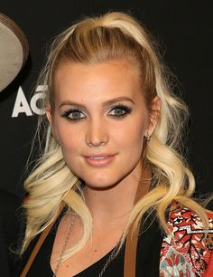 News Photo : Ashlee Simpson Ross attends the Guitar Hero...