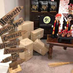 Harry Potter Party: 70 Magical Ideas and Tutorials for Making Your Own Baby Harry Potter, Harry Potter Motto Party, Objet Harry Potter, Harry Potter Fiesta, Classe Harry Potter, Harry Potter Classroom, Harry Potter Baby Shower, Harry Potter Food, Theme Harry Potter