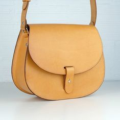 Leonorus is back! More roomy in the inside, same first quality vegetable tanned leather on the outside. As always, you'll be able to appreciate the gorgeous and unique beauty of natural leather in any of our pieces.