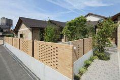 建築師 木村哲矢 的作品「山陰の住まい」。這個和洋混合的建築,有著不同的設計面貌,以煉瓦作為外牆,內部則是木造建築的本體,開放的食堂和生活居間、延伸使用的內外庭院,都有不同於傳統和風的規劃,入口格柵和高窗,讓光影自由在此展現不同的明暗畫面,美麗多變。 via 木村哲矢建築計画事務所