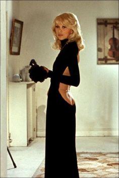 Mireille Darc en robe Guy Laroche dans le film Le Grand Blond Avec Une Chaussure Noire d'Yves Robert