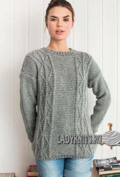 Стильный вязаный свитер спицами выполненный простыми узорами из кос и аранов