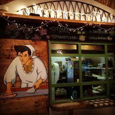 Porta in Italia l'esperienza dell'Okonomiyaki, il più popolare piatto street-food dalla seconda città più grande del Giappone, Osaka. E porta una ventata di allegria per tutti i fan di Kiss me Licia, cartoon cult di intere generazioni. Per sentirsi un po' il piccolo Andrea con il suo gatto Giuliano, confortati dal cibo preparato dal brontolone zio Marrabbio, a Milano ha aperto Maido, il ristorante specializzato nella frittella salata preparata alla piastra (c...