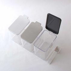 スパイスコンテナ・計量スプーン付き。砂糖や塩などをデッドスペースなく収納できるスクエアタイプの調味料入れ・計量スプーン付き [スパイスコンテナ]