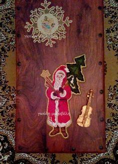 Ενα χειροποίητο εργόχειρο, στο σχήμα του Α'ι'Βασίλη που κουβαλά το Χριστουγεννιάτικο δέντρο. Το έστρωσα στο σπίτι να το δείτε. Γιούλη Μαραβέλη,Βελισσαρίου 13-Χαλκίδα.Τηλ: 22207452