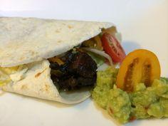 Tortilla mit Guacamole und Tofuwürfel Avocado, Chili Sauce, Tortilla, Guacamole, Tacos, Mexican, Ethnic Recipes, Food, Red Peppers