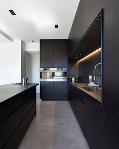 Wat een prachtige moderne keuken 😍 📸 via @leibal #interieur #inspiratie #homedeco #keuken #zwart #styling