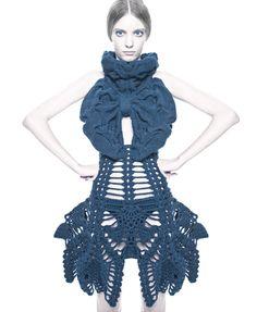 Après des études en Suède, Sandra Backlund travaille comme designer de mode sur des vêtements qui oscillent entre mode et sculpture textile. Toutes ses pièces sont réalisées à la main, dans une dém…