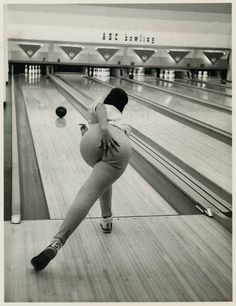 I was on a Saturday morning bowling league when I was a preteen and teen. Lots of fun at the bowling alley. Black White Photos, Black And White Photography, Old Pictures, Old Photos, School Pictures, Vintage Photographs, Vintage Photos, Vive Le Sport, Poses References