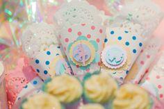 Cones decorados com scrap e recheados com balinha para a #festabdebruna bailarina, borboleta, balão, bossa-nova, bombom, batatinha, bicicleta, bolinha de sabão...