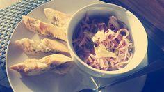 #foodporn #selfmade #antitütenkochen  Selbst gemachter Wurstsalat, mit Baguette. Frau kann sich ja auch mal was gönnen 😍