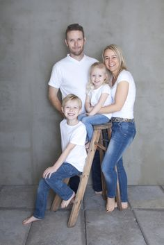 Grupper - Familier Large Family Portraits, Family Posing, Studio Family Portraits, Family Pictures, Family Picture Poses, Couple Photos, Adult Sibling Photography, Photography Poses, Family Photography