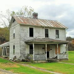 Creepy Old Houses, Old Abandoned Houses, Abandoned Mansions, Abandoned Buildings, Abandoned Places, Spooky Places, Vintage Homes, Castle House, Old Farm Houses