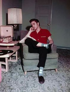 Style Heroes: Elvis Before He Was King Elvis might be more well-known for his eccentric stage attire Elvis Cd, Graceland Elvis, Greaser Hair, Quiff Hairstyles, Young Elvis, Argyle Socks, Elvis Presley Photos, Love Blue, Jimi Hendrix
