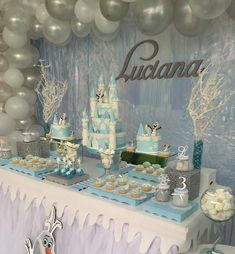 Frozen theme party with the best decoration and original ideas - Celebrat : Home of Celebration, Events to Celebrate, Wishes, Gifts ideas and more ! Easy Frozen Cake, Frozen Cupcakes, Frozen Centerpieces, Frozen Party Decorations, Princess Theme Party, Frozen Theme Party, Frozen Candy Table, 2nd Birthday Parties, Birthday Balloons