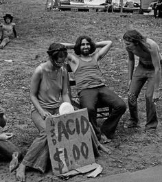 Hippies at Woodstock selling acid for one dollar, 1969 Grunge Hippie, Hippie Vibes, 70s Hippie, Hippie Photography, Art Photography, Leonard Freed, Woodstock Hippies, Woodstock Music, Hippie Movement