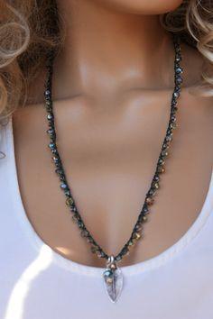 He encontrado este interesante anuncio de Etsy en https://www.etsy.com/es/listing/263887197/forrest-green-crochet-necklace-boho-chic