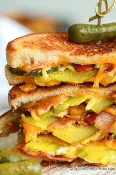 For my man: Dill Pickle Bacon Grilled Cheese. This is the best sandwich ever with loads of crispy bacon, gooey cheese and crunchy dill pickles. Grilled cheese will never be the same again! Grill Sandwich, Soup And Sandwich, Steak Sandwiches, Sloppy Joe, Sandwich Croque Monsieur, Ideas Sándwich, Queso Fundido, Tacos, Grilled Cheese Recipes