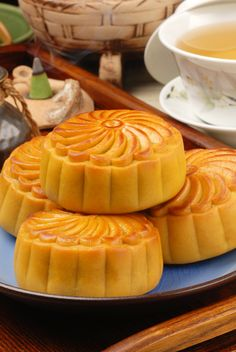 moon cake Celebrate the Mid-Autumn festival with mooncakes! - Almost time for Moon Cakes Cake Festival, Food Festival, Chinese Celebrations, Chinese Moon Cake, Good Food, Yummy Food, Sushi, Mid Autumn Festival, Pastel
