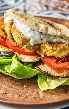 Step by Step Rezept: Selbstgemachte Falafel im Pitabrot mit zweierlei Würzmischungen und gebackener Aubergine.   Veggie / Vegetarisch / Schnell / 30 Minuten / Kochen / Gesund   #hellofreshde #gesund #vegetarisch #rezept #diy #kochen