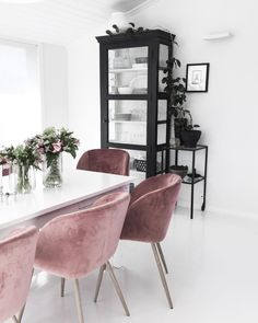 The internet is obsessed with these $47 mid-century modern velvet chairs on Amazon, and you will be too. | glitterinc.com | @glitterinc