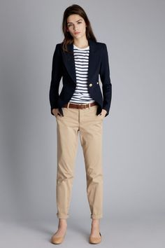 Tenue: Blazer bleu marine, T-shirt à col rond à rayures horizontales blanc et bleu marine, Pantalon chino marron clair, Ballerines en cuir marron clair | Mode femmes