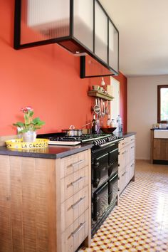 un chaleureux atelier culinaire - cuisine chêne massif, carreaux ciment, hotte novy verrière, granit, timbre d'office, inox, étagères bois, lambris, bardage, AGA 6 4