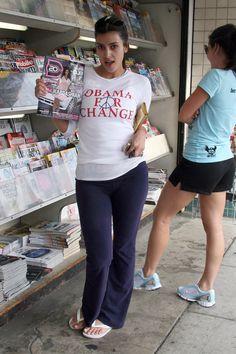Kim faisant la promotion du magazine pour lequel elle faisait la couverture, et montrant qu'elle supportait Barack Obama, en Juin 2007.