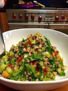 Τι πιο δροσερό και ελαφρύ για το μεσημεριανό σας γεύμα απο μια σαλάτα με μαυρομάτικα φασόλια! Δοκιμάστε τη και κάντε τις δικές σας παραλαγές βάζοντας προσθέτοντας οτι θέλετε στη συνταγή για περισσότερη γεύση.