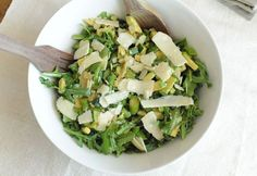 Rocket salad with courgette and parmesan. Σαλάτα με κολοκυθάκια, ρόκα και παρμεζάνα Δροσερή σαλάτα με λίγες θερμίδες για το καλοκαίρι. jenny.gr