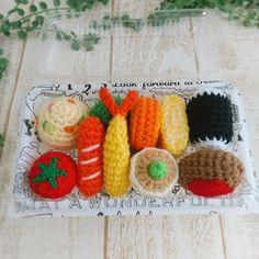 こちらはあみぐるみのお弁当セット。お気に入りの箱に入れて、ピクニック気分を楽しんでも◎♪ Crochet Food, Crochet Doll Pattern, Diy And Crafts, Miniatures, Dolls, Knitting, Kids, Baba, Handmade