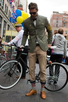 sunshineandfeelingfine: the tweed run is one of my favorite things Tweed Ride, Velo Vintage, Mode Vintage, Vintage Man, Stylish Men, Men Casual, Casual Fashion Trends, Style Masculin, Cycle Chic