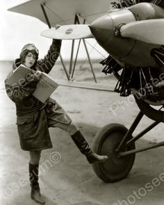 dorothy sebastian, pilot, 1929 Book-This is how you fly a plane. Photo Avion, Female Pilot, Mode Vintage, Women In History, Ancient History, Dieselpunk, Vintage Photographs, Flappers, Old Photos