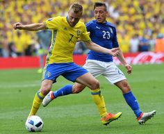 Sweden's midfielder Sebastian Larsson (L) and Italy's midfielder Emanuele Giaccherini vie for the ball during the Euro 2016 group E football match between Italy and Sweden at the Stadium Municipal in Toulouse on June 17, 2016.  / AFP / VINCENZO PINTO #Seb