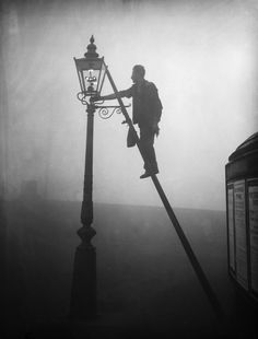 26 Haunting Photos Of The London Fog - October Finsbury Park. Victorian London, Vintage London, 1920 London, Victorian Street, London Map, London Travel, London City, Des Photos Saisissantes, London Photos