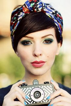 I love everything about this pic.  The hair, scarf, makeup and that lovely camera. Cute Haircuts, Vintage Hairstyles, Easy Hairstyles, Media Cola, Mullets, Stay Cool, Comment Porter, Brown Eyes, Turban