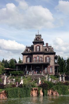 Phantom_Manor,_Disneyland_Paris,_France.