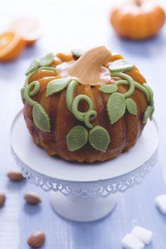 Torta zucca di Halloween: soffice torta alla zucca senza lattosio, con glassa naturale e marzapane! [Halloween Pumpkin cake]