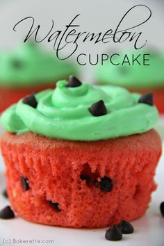 Watermelon Cupcakes look super fun and cute. These cupcakes will be perfect for summer or kid's parties. Chocolate chip cupcakes topped with. Party Desserts, No Bake Desserts, Just Desserts, Delicious Desserts, Yummy Food, Cupcake Recipes, Cupcake Cakes, Dessert Recipes, Cupcake Ideas