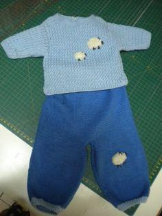 JERSEY Y PANTALÓN HECHOS POR CARMEN: La lana es un campo con enormes posibilidades en este sentido. Y más ahora que viene el frío. Desde luego, este afortunado bebé para el que Carmen, una de nuestras alumnas, ha hecho este jersey y pantalón de lana, no va a pasar frío. ¡Y va a estar súperguapo!