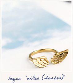 Ailes (dorées)  [Bague] 12.00€  Très jolie bague représentant une paire d'ailes qui s'enroulera délicatement autour de votre doigt. L'anneau en métal doré est ajustable.    ________________________    Taille des ailes : 22 x 8 mm